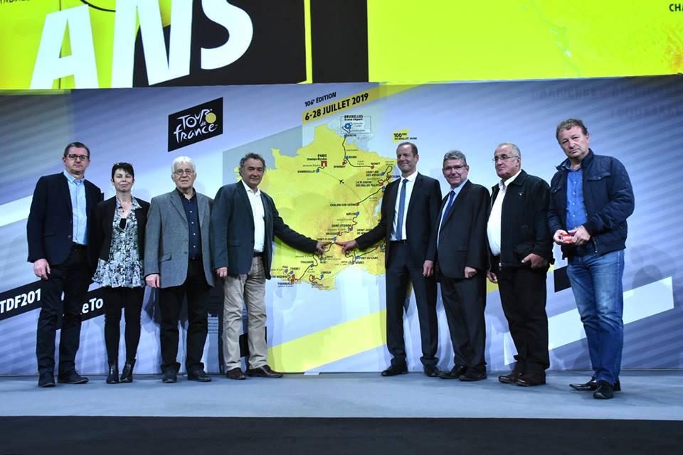 Pierre JARLIER et Christian PRUDHOMME devant la carte officielle du tour 2019 accompagné de la délégation de Saint-Flour et du Cantal
